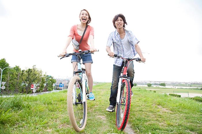 自転車を漕ぐ男女