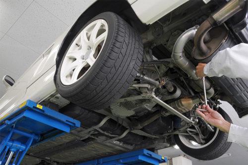 車のエンジン部分に関する作業風景