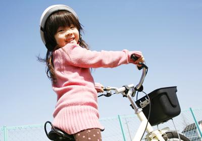 自転車を漕ぐ女の子